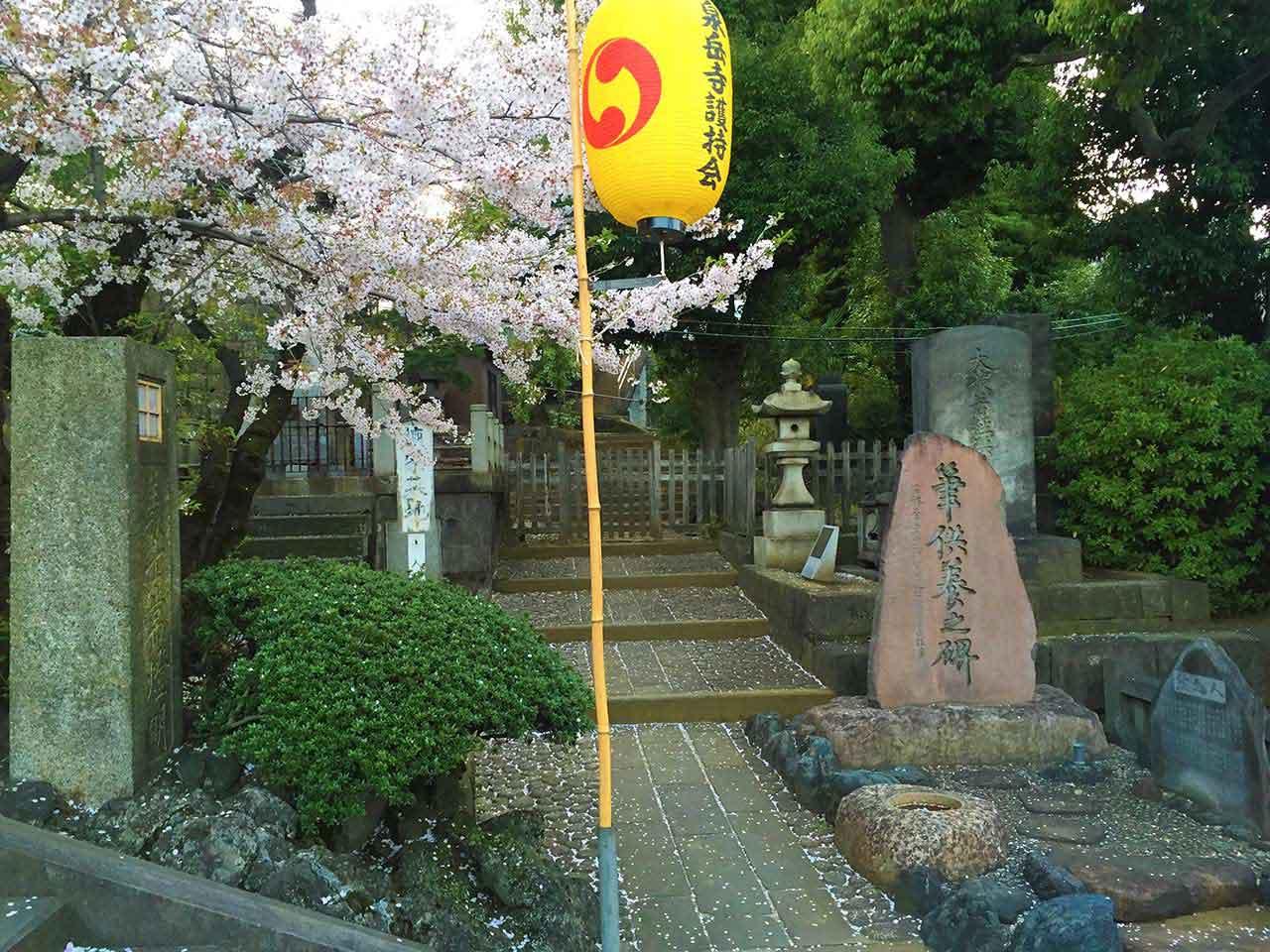 curly nomad japan 47 ronin sengakuji temple grave photo