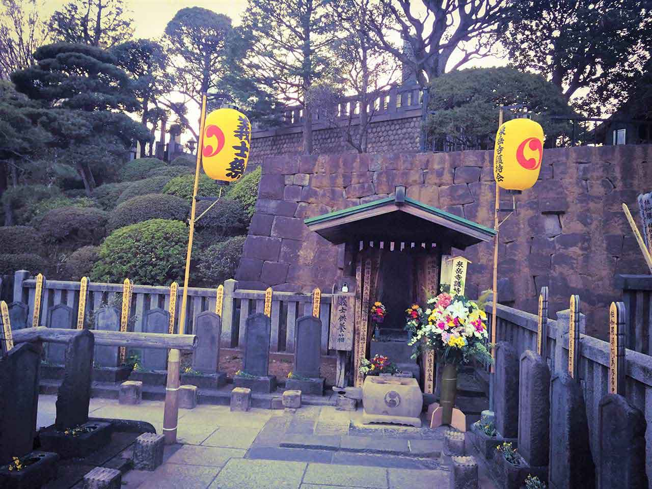 curly nomad japan 47 ronin sengakuji temple flowers photo