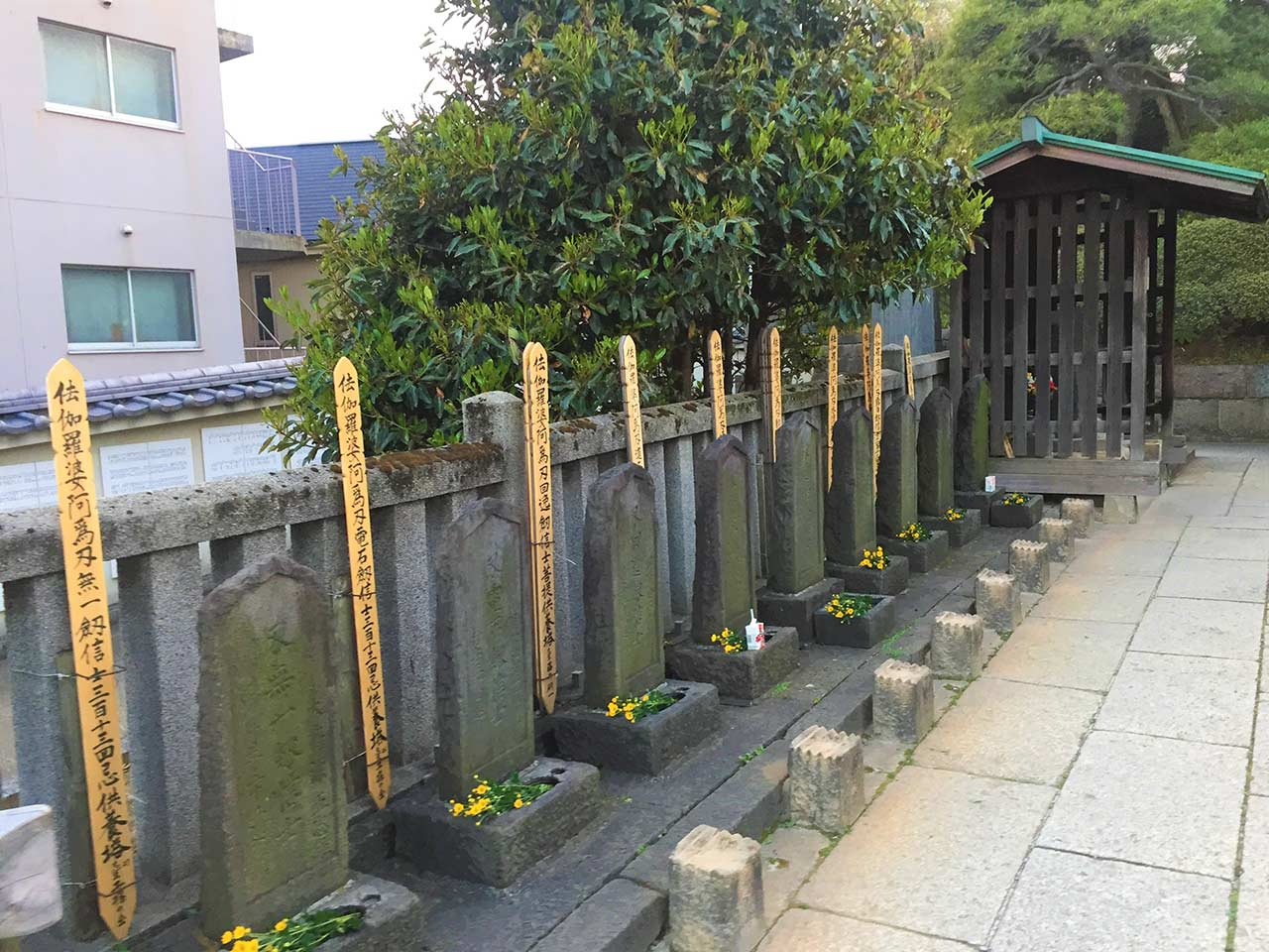 curly nomad japan 47 ronin sengakuji temple graves flowers image