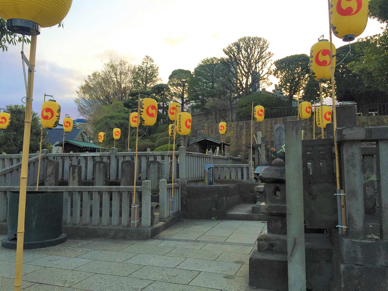 curly nomad japan 47 ronin sengakuji temple lanterns image